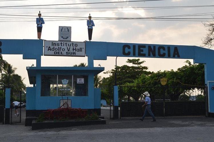 Ingreso al instituto Adolfo V. Hall en Retalhuleu. (Foto Prensa Libre: Jorge Tizol)