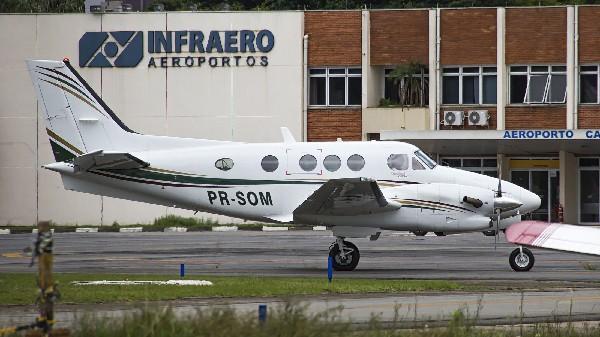 La avioneta en la que al menos tres personas murieron al caer la costa en Paraty, en Río de Janeiro. (EFE).