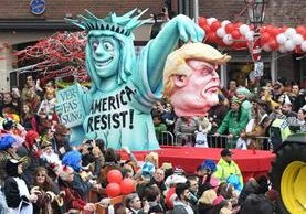 Una carroza exhibe a Donald Trump y la Estatua de la Libertad en el Carnaval Duesseldorf. (AFP).