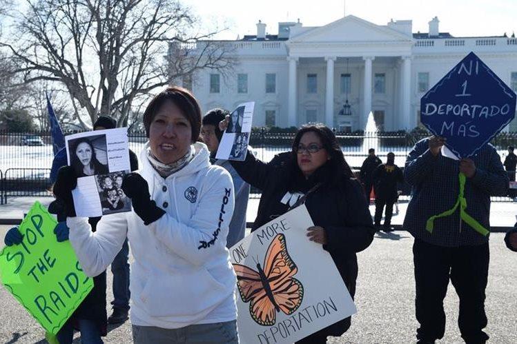 Inmigrantes se manifiestan en la Casa Blanca contra deportaciones. (Foto Prensa Libre: EFE)