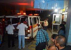 Socorristas trasladan a hombres heridos en Lívignston, Izabal. (Foto Prensa Libre: Dony Stewart)