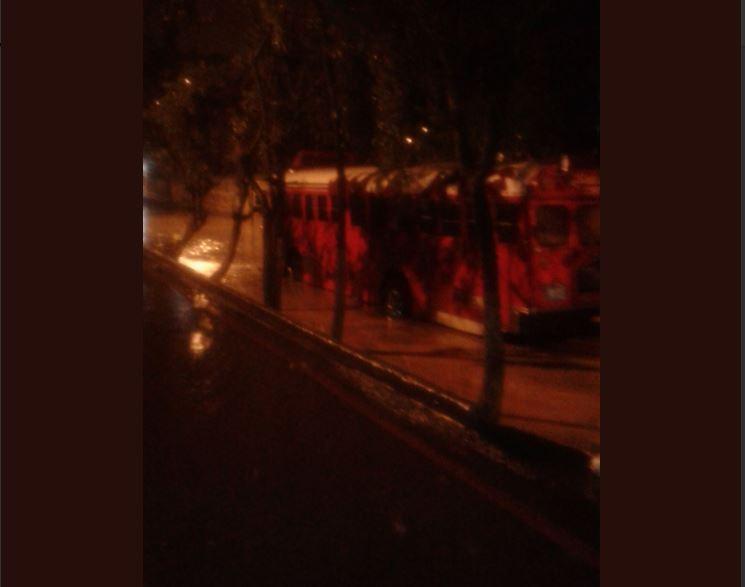 Un bus quedó atrapado en una inundación en la colonia Primero de Julio, zona 5 de Mixco. (Foto Prensa Libre: @BryanOrdoez17).