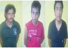 Los tres pilotos que fueron capturados en un puesto de control, en Mazatenango, Suchitepéquez. (Foto Prensa Libre: Cristian Icó)