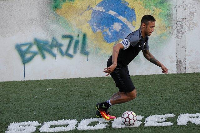 El astro brasileño, Neymar es una de las sensaciones de la selección anfitriona. (Foto Prensa Libre: EFE)