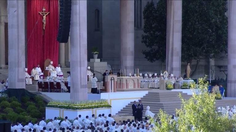 El papa oficia la misa desde el altar principal de la iglesia Inmaculada Concepción. (Foto Youtube AFP).