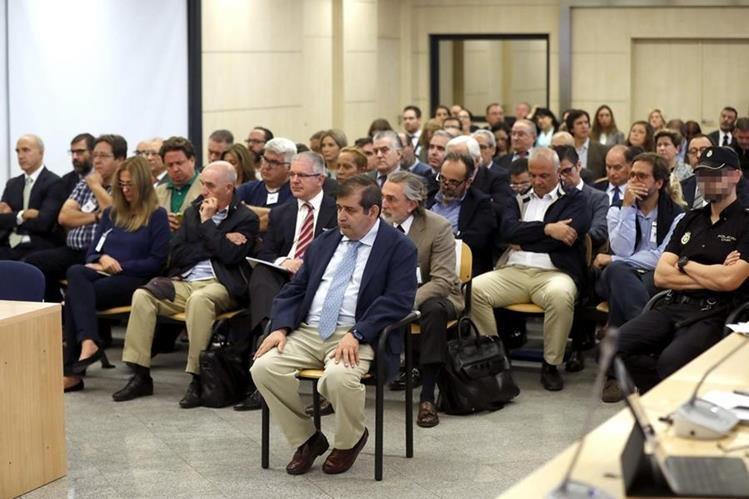 Unos 36 políticos, durante la audiencia por casos de corrupción en España. (Foto Prensa Libre: EFE)