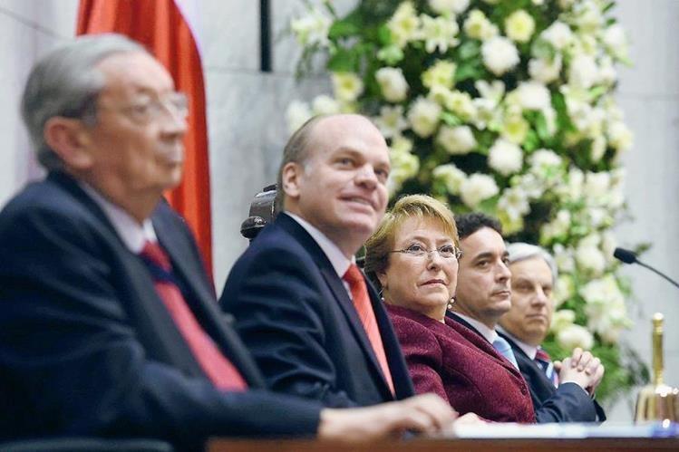 La presidenta de Chile, Michelle Bachelet (cen), junto a los presidentes de la Cámara de Diputados, Marco Antonio Nuñez (2-der) y de la Cámara del Senado, Patricio Walker (2-izq). (Foto Prensa Libre:AFP).