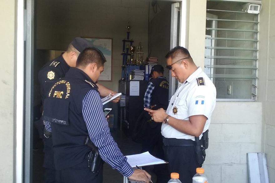 Personal de la Inspectoría General de la PNC investigan a los dos policías detenidos. (Foto Prensa Libre: Rigoberto Escobar)