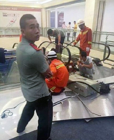 Rescatistas desarman escalera eléctrica. (Foto Prensa Libre: Sina Weibo)