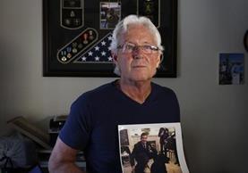 """William Owens sostiene una fotografía de su hijo William """"Ryan"""" Owens quien falleció en una operación del ejército estadounidense en Yemen. (Foto PrensaLIbre: AP)"""