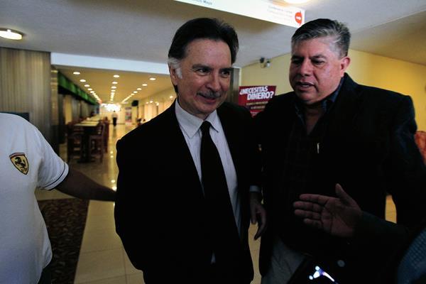 El expresidente Alfonso Portillo e Isaías Martínez, al salir del hotel Ramada, en la zona 4. (Foto Prensa Libre: Paulo Raquec)