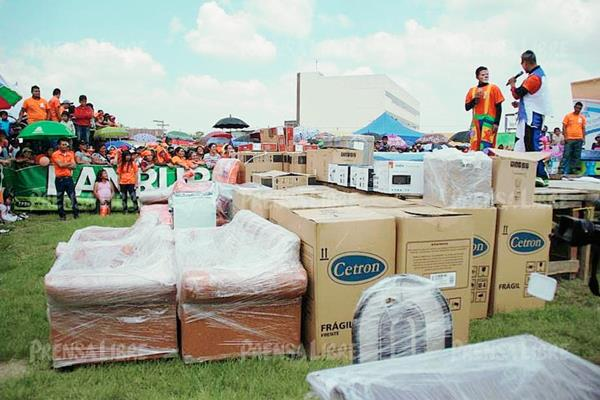 Augusto Gómez, alcalde de Huehuetenango, regala muebles y electrodomésticos durante el lanzamiento de su campaña. (Foto Prensa Libre: Mike Castillo)