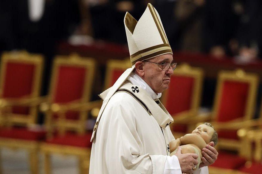 El Papa efectúa el tradicional traslado del Niño Jesús en el Vaticano. (AP)