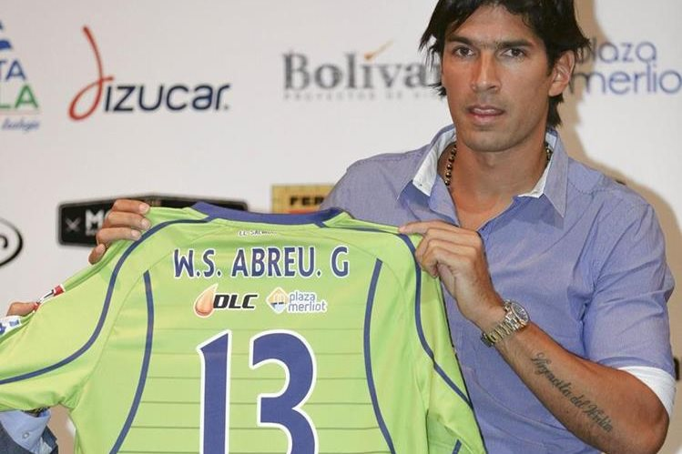"""La presentación de Sebastián """"Loco"""" Abreu como jugador del equipo Santa Tecla fue empañada por una polémica asociada al número 13 asociado a la Mara Salvatrucha (MS13) así como el 18 se vincula con la pandilla Barrio 18. (Foto Prensa Libre: EFE)"""