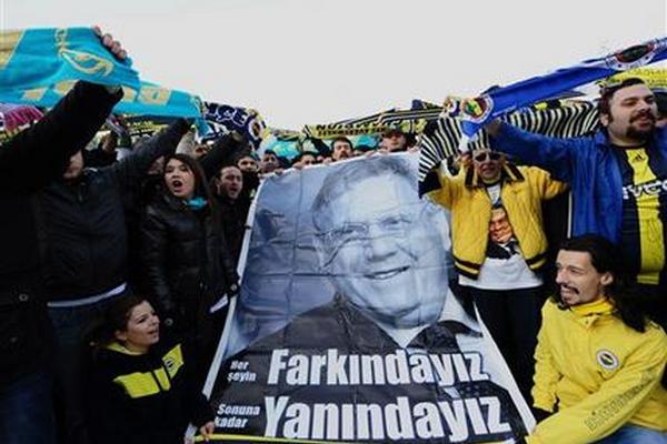 """<p><span class=""""apBody""""><span class=""""apPhotoGallery""""><span>En  esta foto de archivo del 20 de febrero de 2012, fanáticos del  Fenerbahce se concentran frente a un tribunal turco en apoyo de 93  sospechosos, incluido el presidente Aziz Yildirim, encarcelado y quien  figura en el poster, durante una audiencia sobre arreglos de resultados  de partidos en la liga turca</span></span></span></p>"""