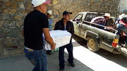 Familiares cargan el pequeño ataúd con los restos de Aiden James Cruz Cruz. (Foto Prensa Libre: Hugo Oliva)