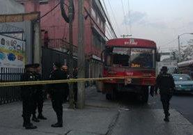 Bus ruta 25 que conducía el piloto asesinado en la zona 9 capitalina. Foto Prensa Libre: Guatevisión