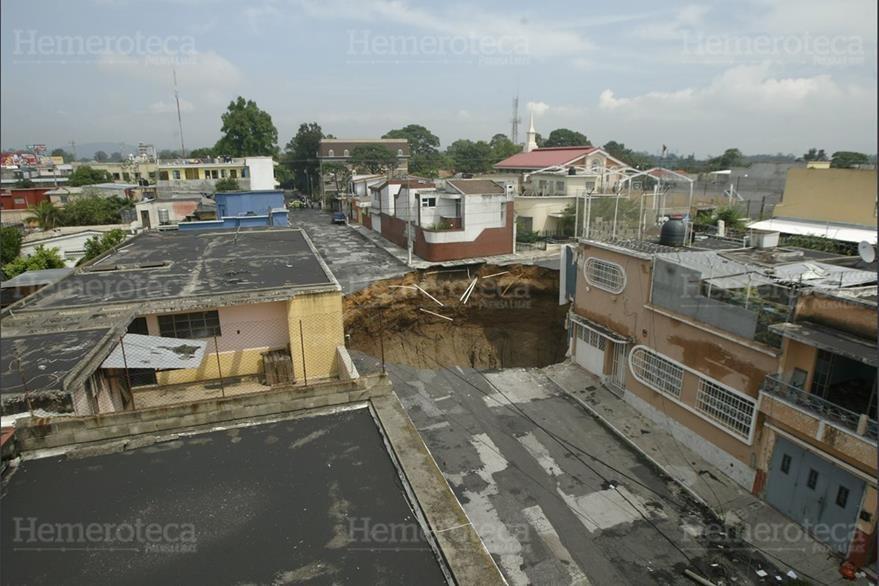 """31/05/2010 Hundimiento en la 11 Avenida """"A"""" y  6a.  Calle de la  Zona 2,  a causa de un colector  de aguas servidas. (Foto: Hemeroteca PL)"""