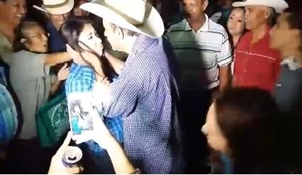 Alcalde presionó a la mujer para darle un beso.