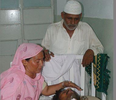 Los padres de Alí lo visitan en hospital. (Foto Prensa Libre: AFP)
