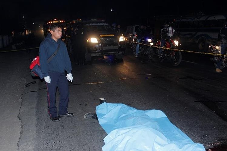 Cuerpo de hombre arrollado por un vehículo yace en la carretera, en la cabecera de Chimaltenango. (Foto Prensa Libre: Víctor Chamalé)