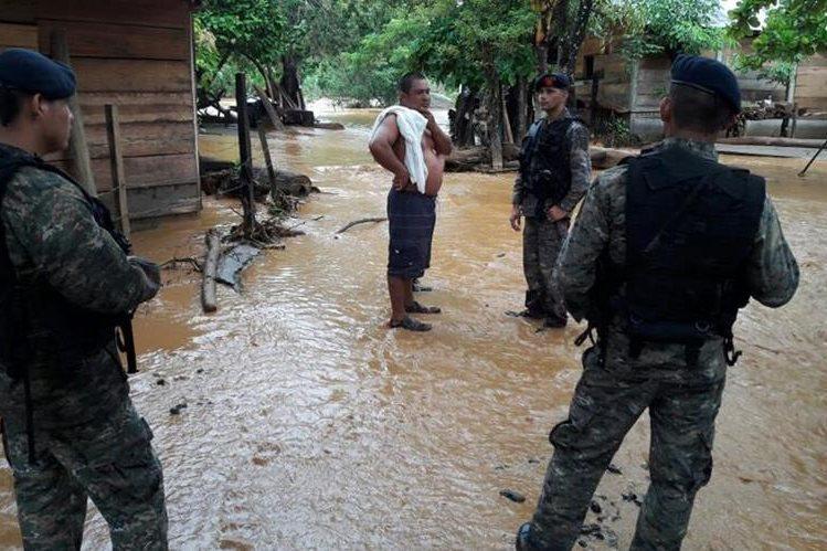 El Ejército empezó el traslado de vecinos de El Caimán (Izabal) al albergue temporal preparado por la por la Infantería de Marina. (Foto, Prensa Libre: @Ejercito_GT)