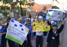 Participantes muestran carteles para pedir la protección de la naturaleza. (Foto Prensa Libre: Oscar Rivas).