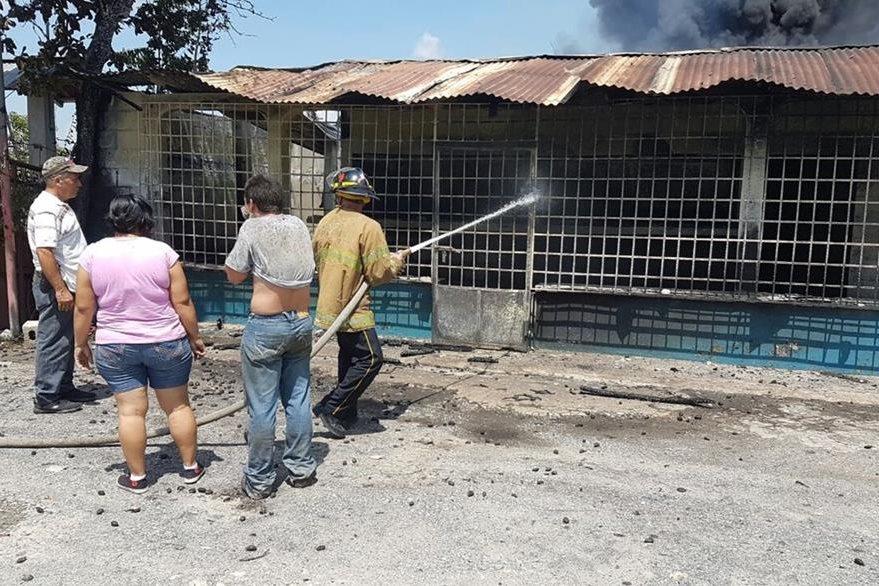 Socorristas trabajan para controlar incendio, en Morales, Izabal. (Foto Prensa Libre: Dony Stewart)