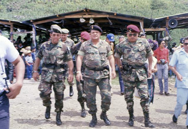 Mejía Víctores, al centro, es acompañado por militares de su gabinete durante una visita a Quiché en 1984. (Foto: Hemeroteca PL)