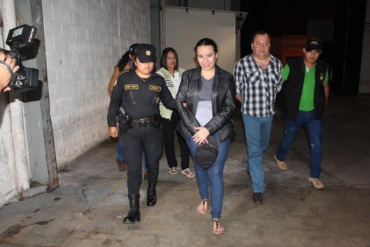 Los detenidos por trata de presonas son conducidos al juzgado de turno. (Foto Prensa Libre: Ministerio Público)