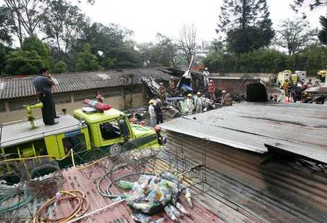Cuerpos de socorro confirman la muerte de los pasajeros de la aeronave. (Foto Prensa Libre: Álvaro Interiano)