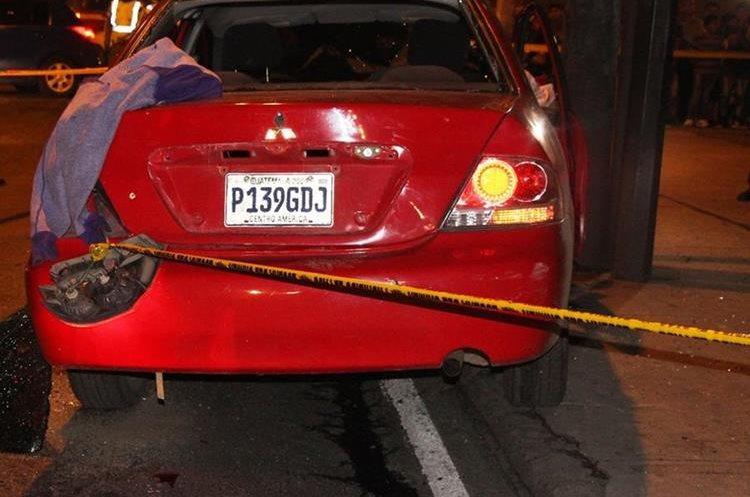 Los individuos intentaron huir en un vehículo robado y fueron detenidos en la calzada San Juan. (Foto Prensa Libre: PNC)