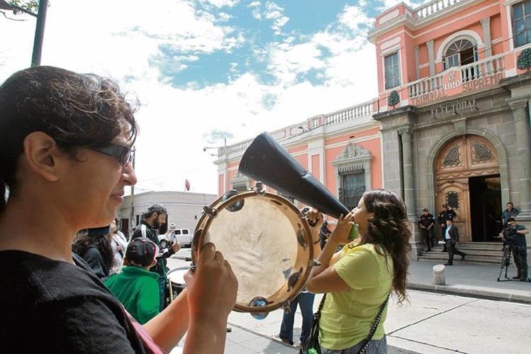 Sector de mujeres protesta frente al TSE para exigir que sean aplazados los comicios generales.