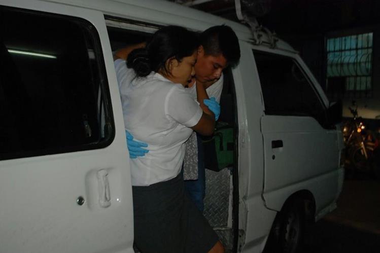 La estudiante herida es ingresada al hospital regional de Zacapa. (Foto Prensa Libre: Mario Morales.)
