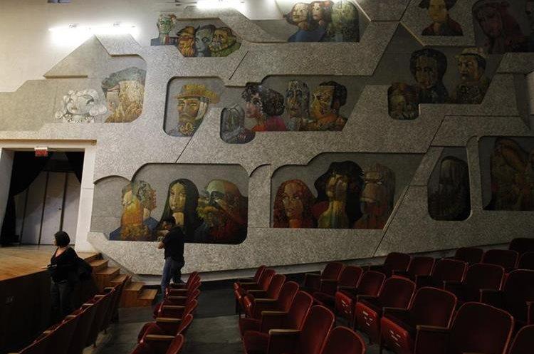 Los murales del auditorio, creación del maestro Efraín Recinos, necesitan mantenimiento. (Foto Prensa Libre: Paulo Raquec)