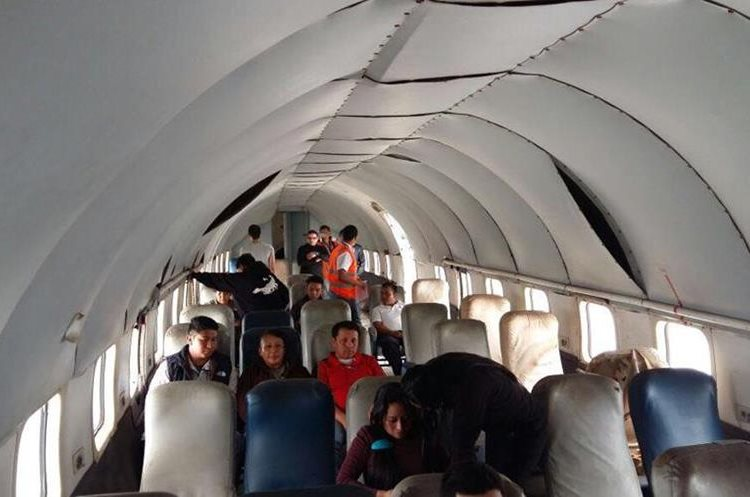Supuestos pasajeros fueron tomados como rehenes durante el simulacro. (Foto Prensa Libre: DGAC Guatemala).
