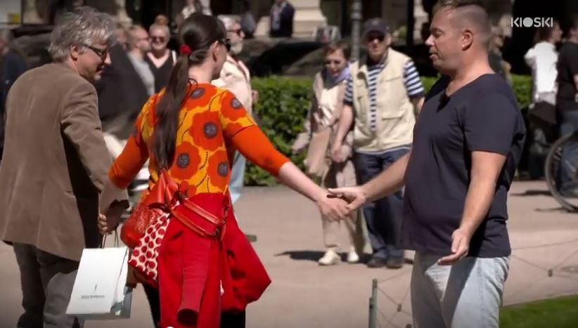 Al principio las personas solo le tocaron la mano o los hombros a Janne. (Foto Prensa Libre: Youtube)