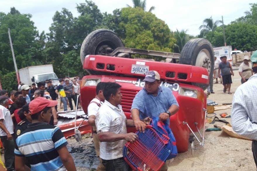 Vecinos de Santa Ana, Petén, auxilian a ocupantes de camión accidentado. (Foto Prensa Libre: Rigoberto Escobar)