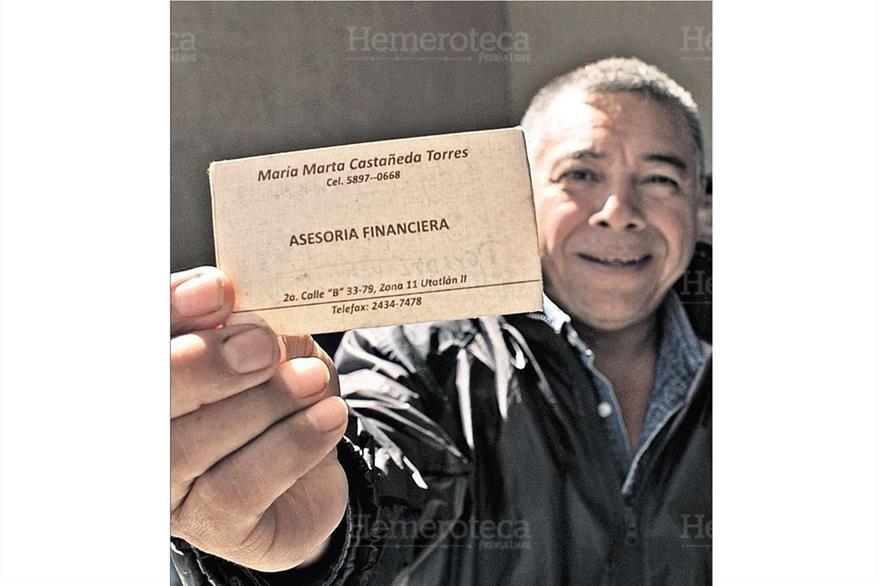 El secretario de la Municipalidad de Santo Domingo Suchitepéquez muestra la tarjeta de presentación de la hija de Gloria Torres, el  3/11/2011. (Foto: Hemeroteca PL)