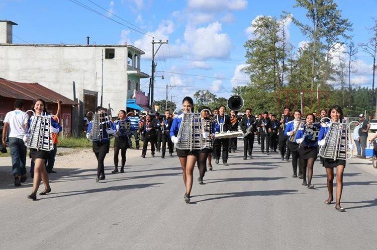 Bandas escolares desfilan en conmemoración del 51 aniversario de Poptún. (Foto Prensa Libre: Rigoberto Escobar)