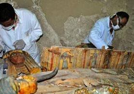 Los cofres funerarios conservaban su decoración y colores originales, que tienen su origen hace unos 3.500 años. AFP