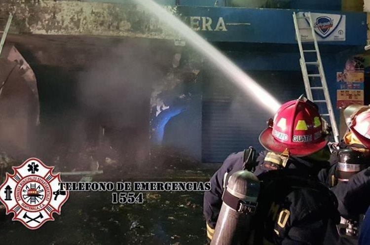 Tres ventas fueron alcanzadas por las llamas que iniciaron en una bodega. (Foto Prensa Libre: CBMD)