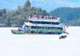 Una embarcación con unas 150 personas naufragó en la represa El Peñol de Guatapé, un sitio turístico del noroeste de Colombia. (Foto Prensa Libre: captura de Youtube)