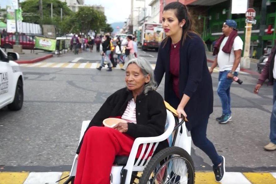 Karla compró la fórmula nutritiva que Doña María necesita. (Foto Prensa Libre: Juan Carlos Rivera)