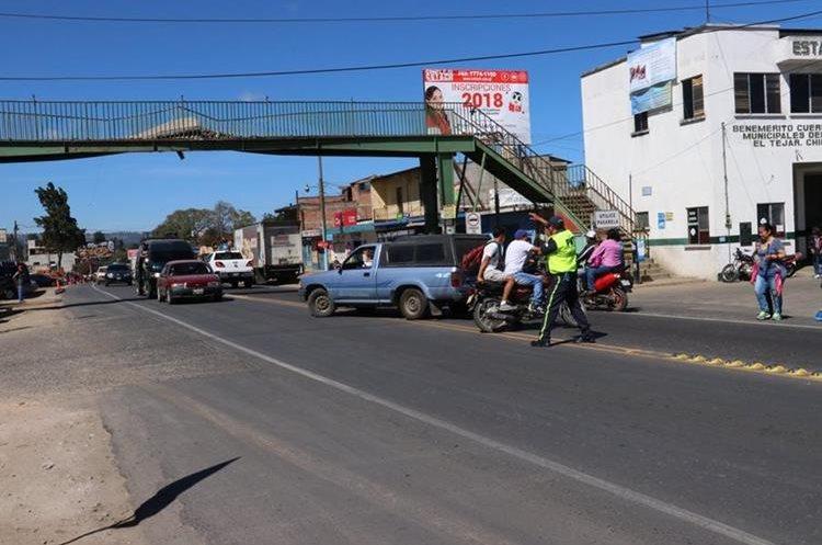 La falta de policías de Tránsito complica la movilidad de pobladores en la ruta Interamericana. (Foto Prensa Libre: Víctor Chamalé)