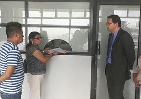 Familias del la zona 6 capitalina entregan en la Municipalidad de Guatemala el memorial. (Foto Prensa Libre: Oscar Felipe)