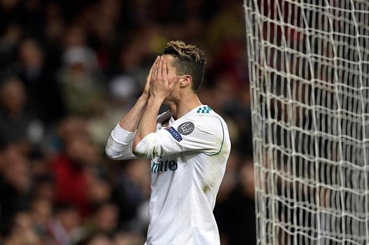 Cristiano se lamenta después de una llegada del Madrid.