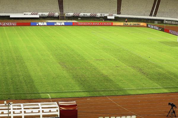 En está imagen se puede observar la esvástica en la cancha del estadio Poljud. (Foto Prensa Libre: EFE)