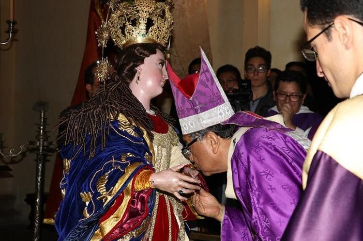 Julio Vian, arzobispo metropolitano, bendijo la corona de la Inmaculada Concepción de San José Catedral. (Foto Prensa Libre: Julio Sicán)