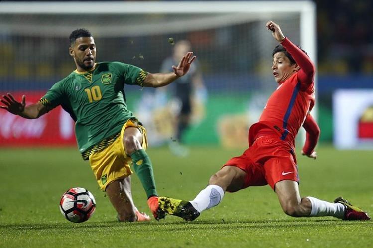 El chileno Fernández se lesionó en el partido amistoso contra Jamaica. (Foto Prensa Libre: EFE)